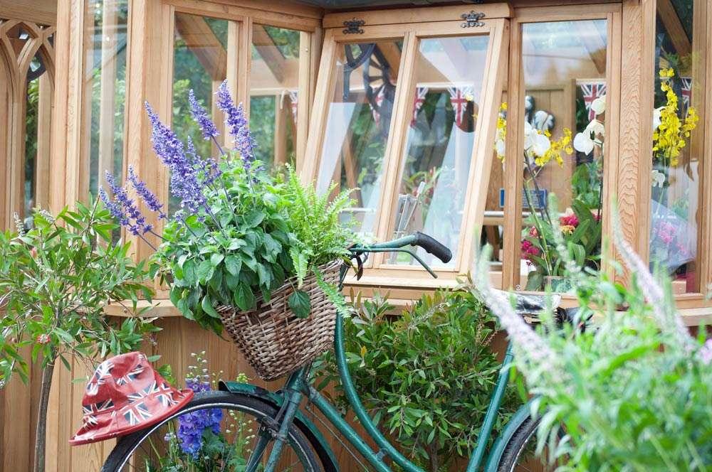 Uusi leikkimökki puutarhauudistuksen keskiössä